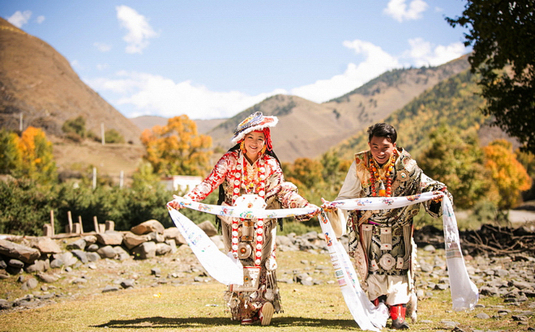 Tibetan Cloths and Culture of Offerring Hada