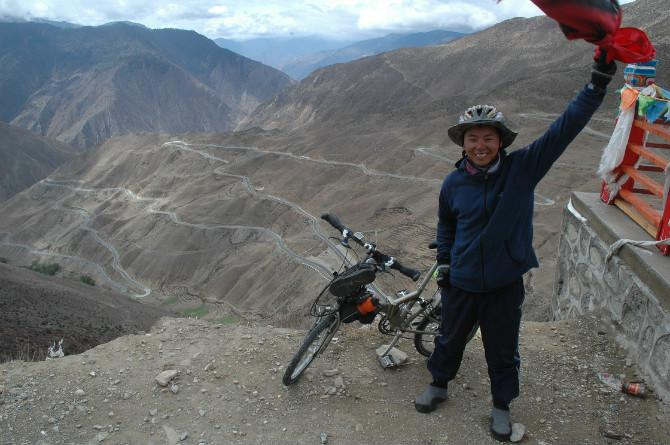 "A crazy cycling tour done by folding bike, Robert had finished the "" 72 turns "" of (Nujiang) the Furious River on his way from Chengdu to Lhasa."