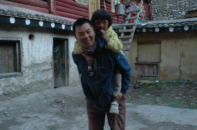 Robert and a Tibetan young girl spent a wonderful time together.