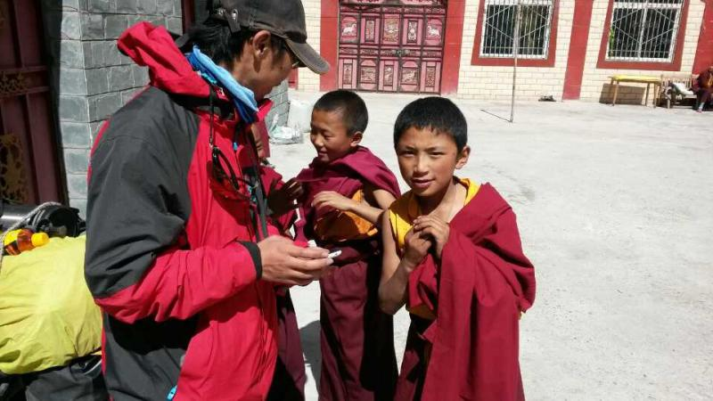 Kids in Tibet are deeply attracted by Mark's mobile phone