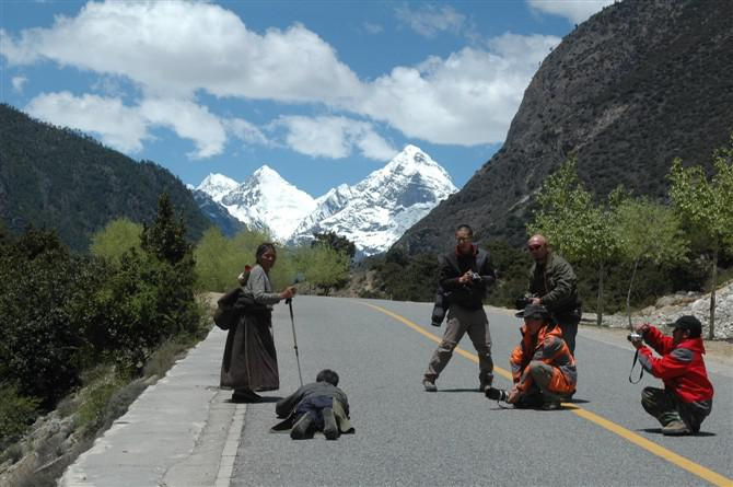 Finishing the pilgrimage from home to Lhasa is an important Tibetan religions.