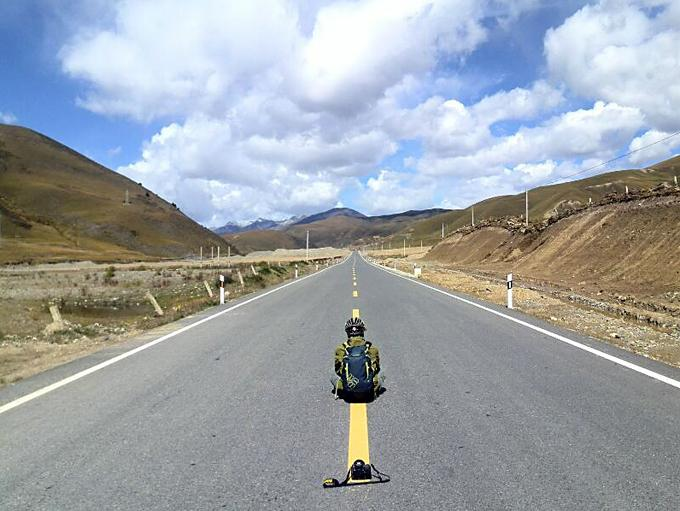Mark in Tibet :Lonely man and lonely road