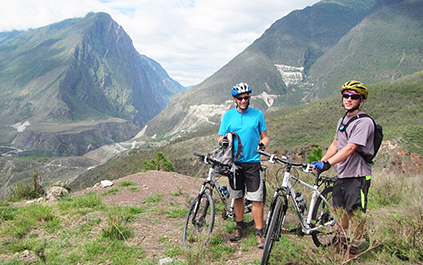 Cycling along the Tiger Leaping Gorge